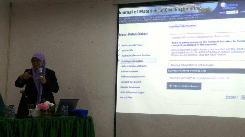 Prof. Dr. Taksiah A. Majid sedang menyampaikan materi pelatihan penulisan jurnal internasional bereputasi