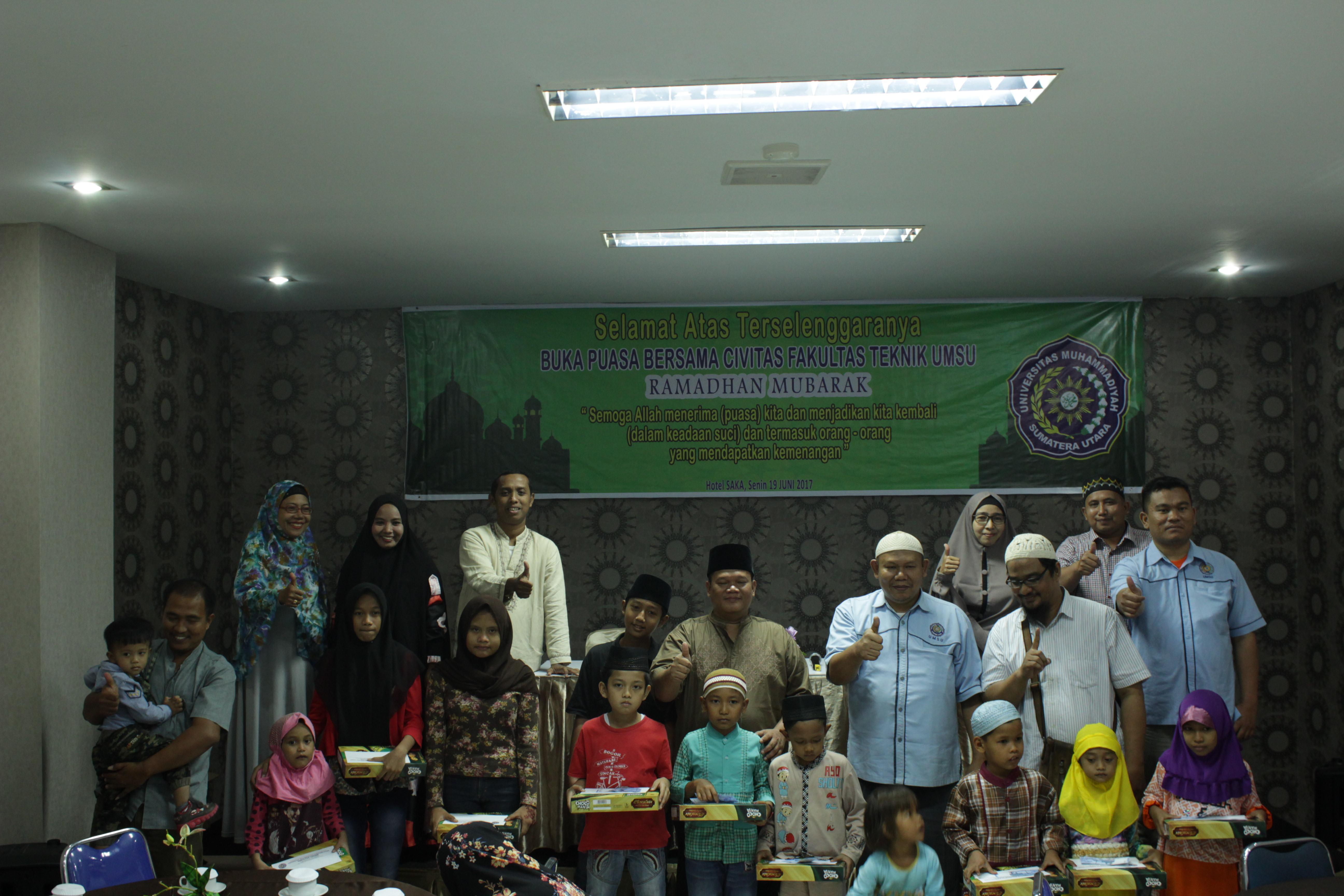 Dekan FT UMSU, Rahmatullah, ST, MSc (tengah/peci hitam) bersama dengan civitas akademika dan anak yatim piatu